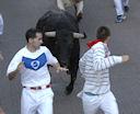 Dos corredores veteranos en plena carrera en la calle Estafeta.