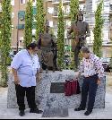 El alcalde y el escultor retiran la cortinilla que esconde la placa del monumento a los reyes católicos