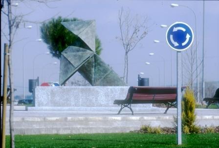 Monumento que representa una pajarita, en una céntrica avenida