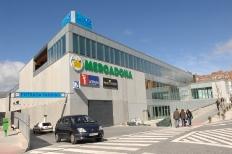 Fachada del centro comercial y deportivo La Viña y su aparacamiento