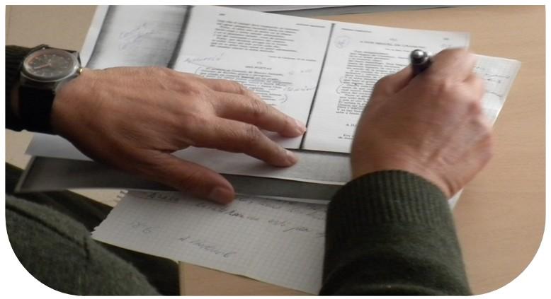 Fotos en la que se  ven las manos de una persona escribiendo