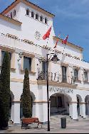 Acceso principal al edificio del Ayuntamiento. (Pulsa en la imagen para ampliar)