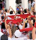 Miembros de la peñas en la Plaza de la Constitución, en la Fiestas del Smo. Cristo.
