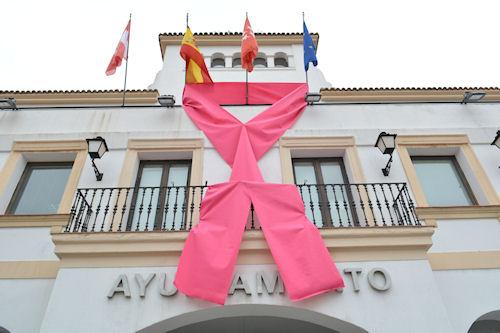un-gran-lazo-rosa-en-la-fachada-del-ayuntamiento-simbolo-contra-el-cancer-de-mama