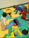 Un grupo de niños en una zona habilitada para juegos infantiles.