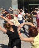 Un grupo de personas mayoreas realiza ejercicios de Tai chi.