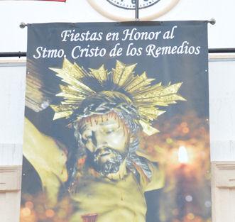 Se coloca una banderola del Cristo de los Remedios en la fachada de la Casa Consistorial, recuperando una antigua tradición