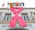 Un gran lazo rosa en la fachada del Ayuntamiento, símbolo contra el cáncer de mama